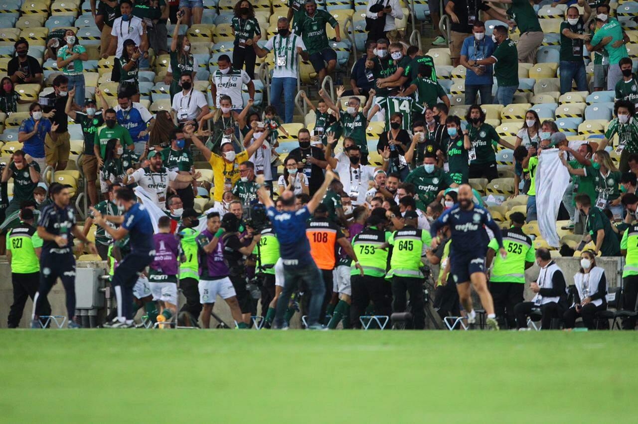 Festa no banco, festa na arquibancada após o gol do título do Palmeiras