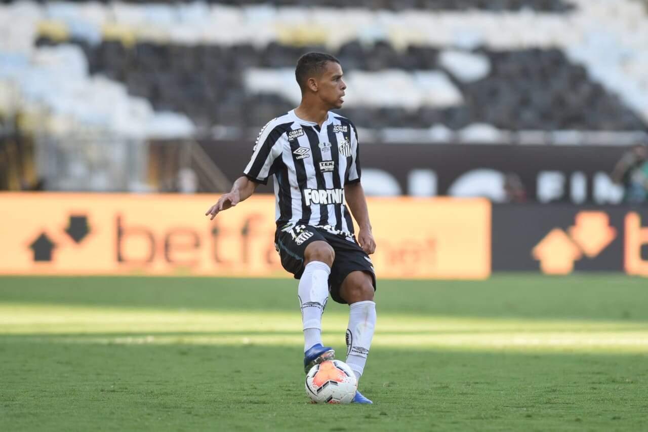Sandry deverá se firmar como titulo do meio-campo do Santos após saída de Pituca