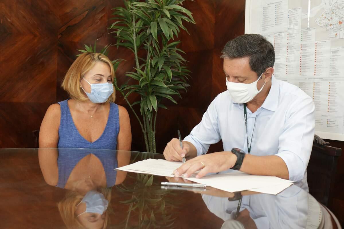 Secretária de Educação e prefeito de Santos assinaram o decreto