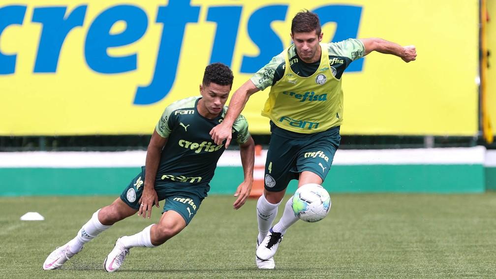 Gabriel Silva em disputa de bola contra Kuscevic