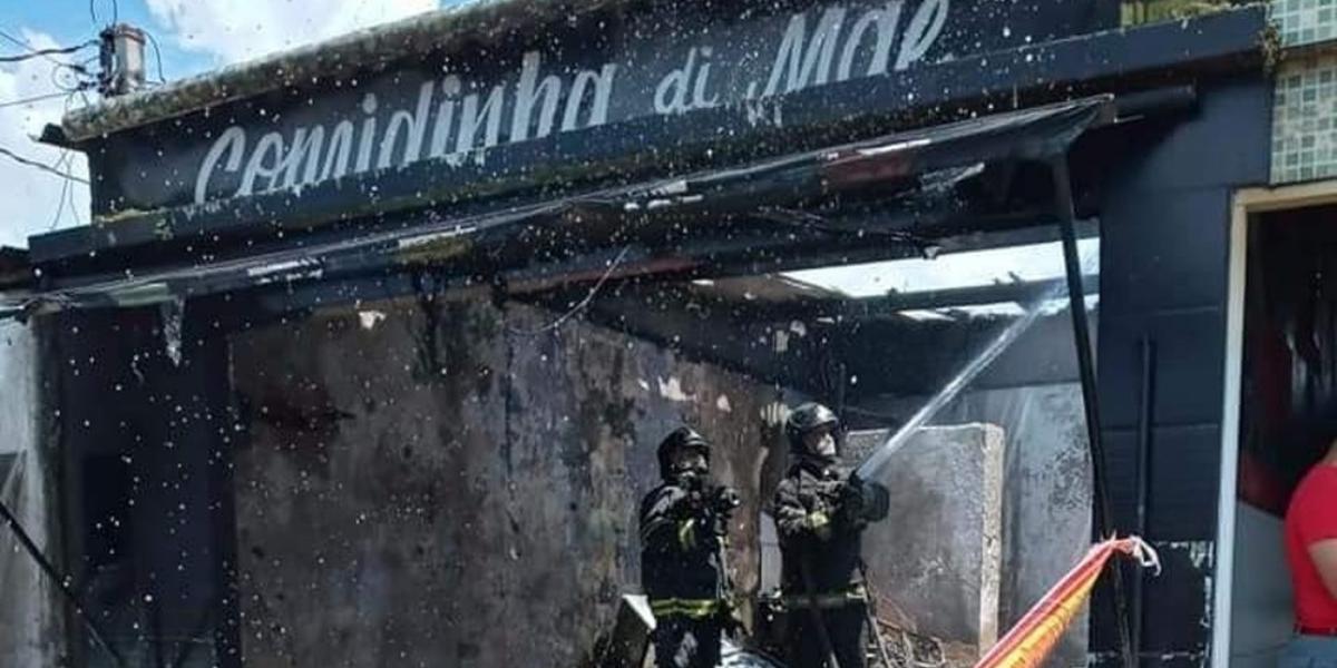 Momento em que os bombeiros realizam os trabalhos finais para conter as chamas