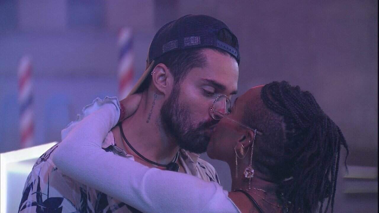Arcrebiano e Karol deram seu primeiro beijo durante festa do 'BBB 21' e web recrimina o casal