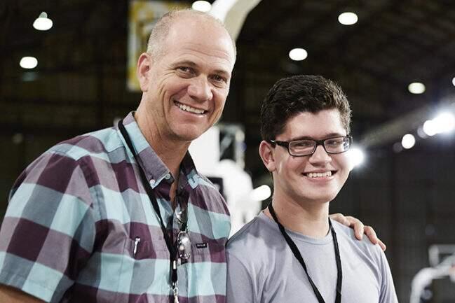 Mathew Walzer, o designer da Nike, e o adolescente Matthew Walzer