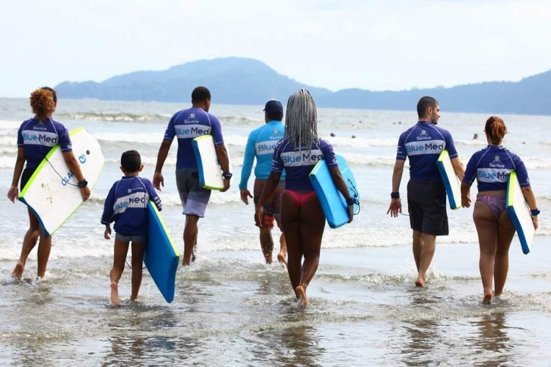 Mais de 30 mil alunos já passaram pela escola de surfe de Santos
