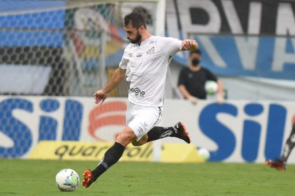 Laércio comemora chances como titular do Santos