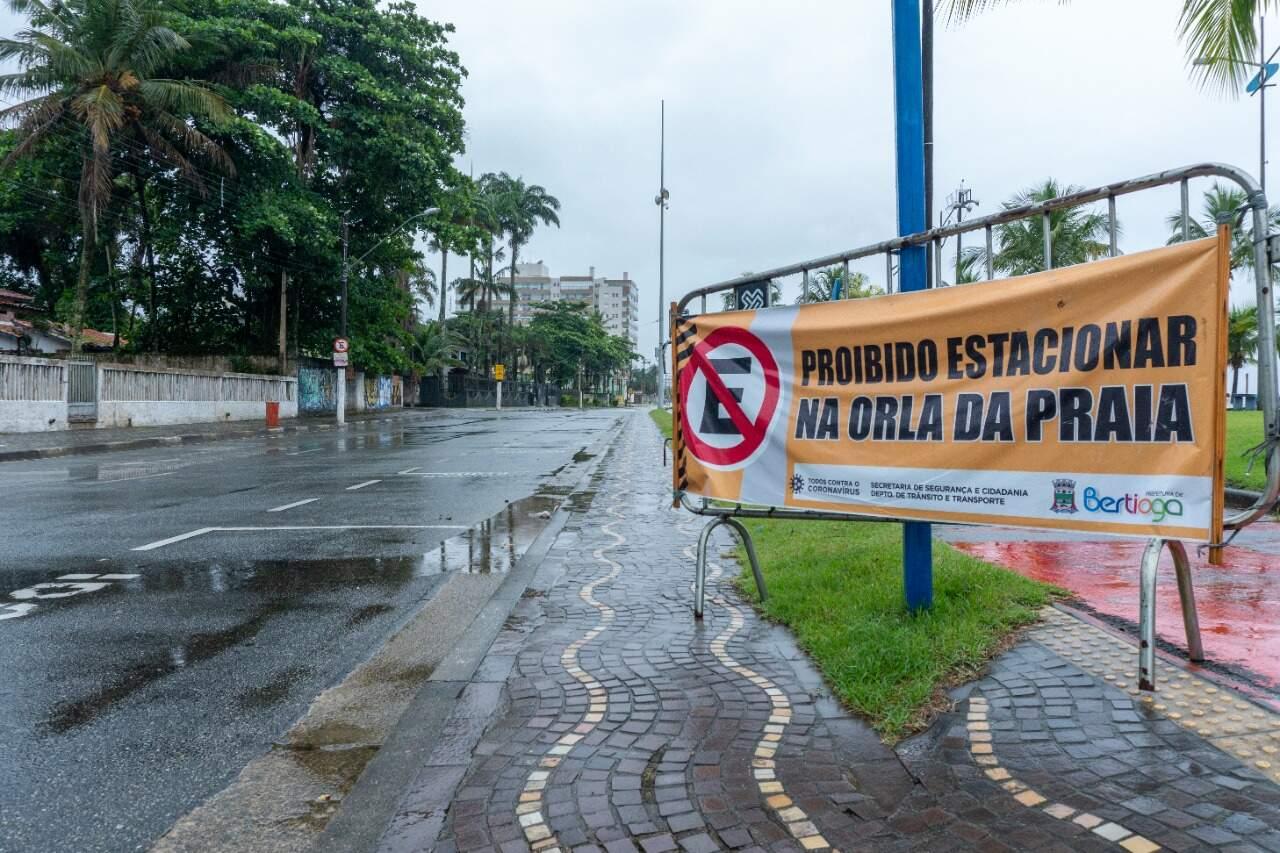 As placas de regulamentação já estão instaladas ao longo da avenida