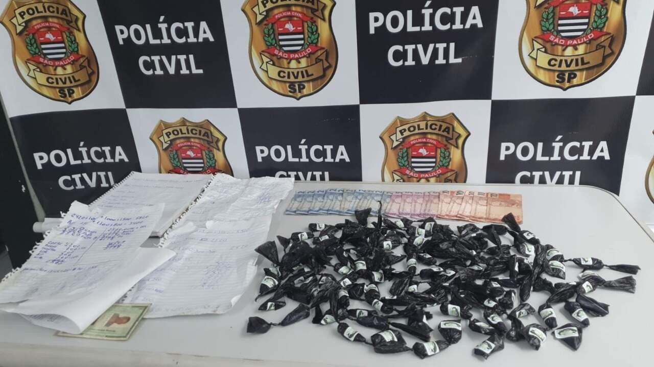 Além dos entorpecentes, valor de R$ 95 foi apreendido pelos policiais