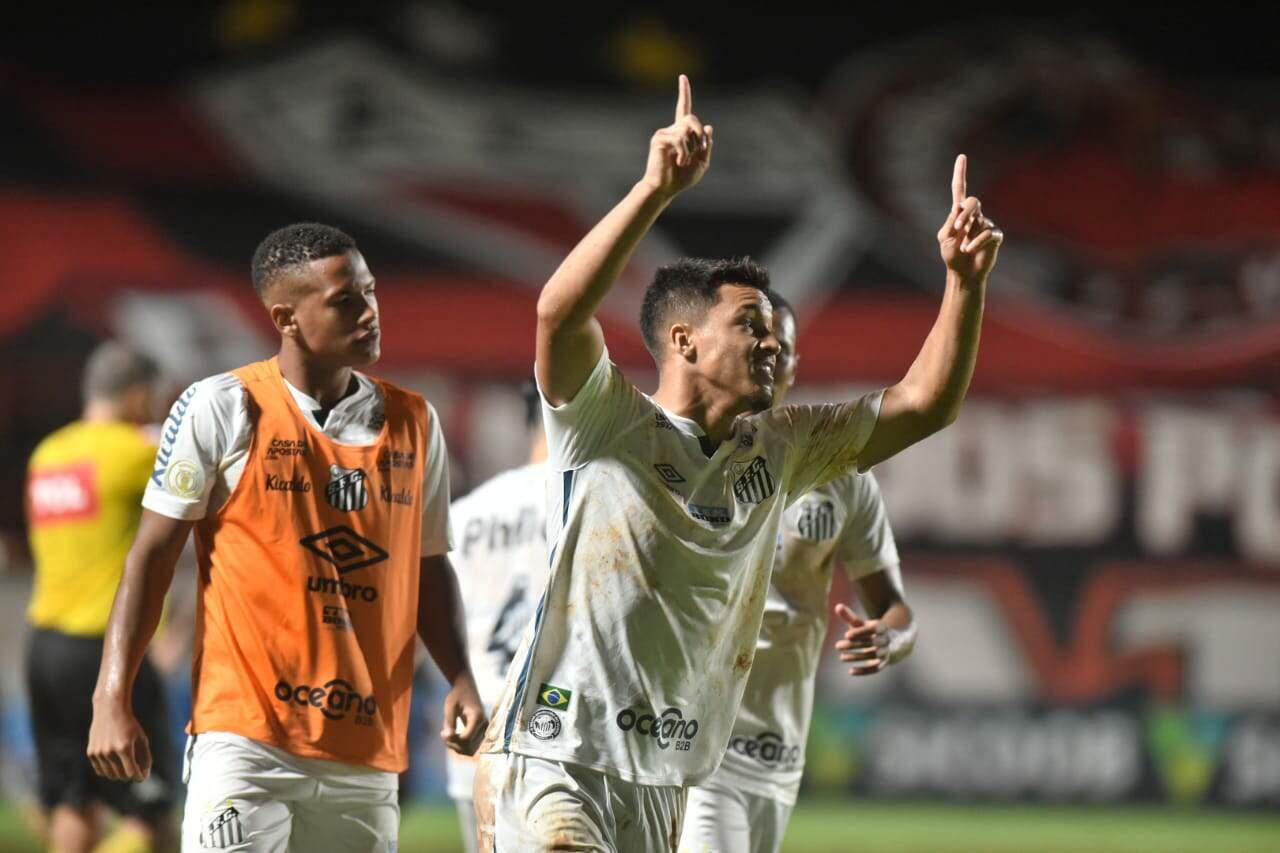 Marcos Leonardo comemora mais um gol marcado em Goiânia
