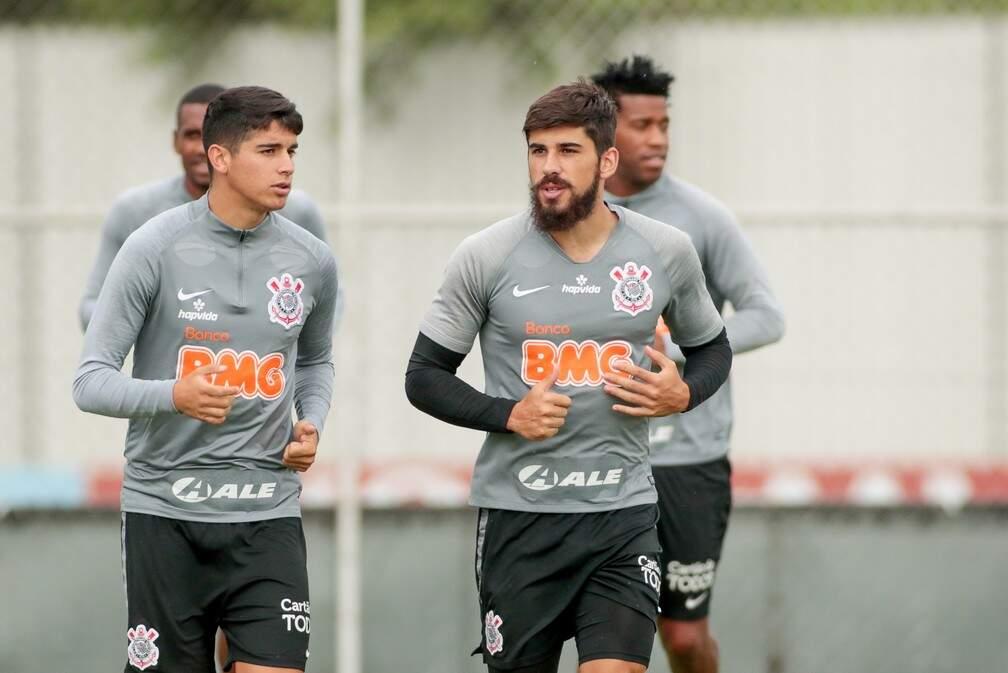 Ángelo Araos e Bruno Méndez durante treino do Corinthians