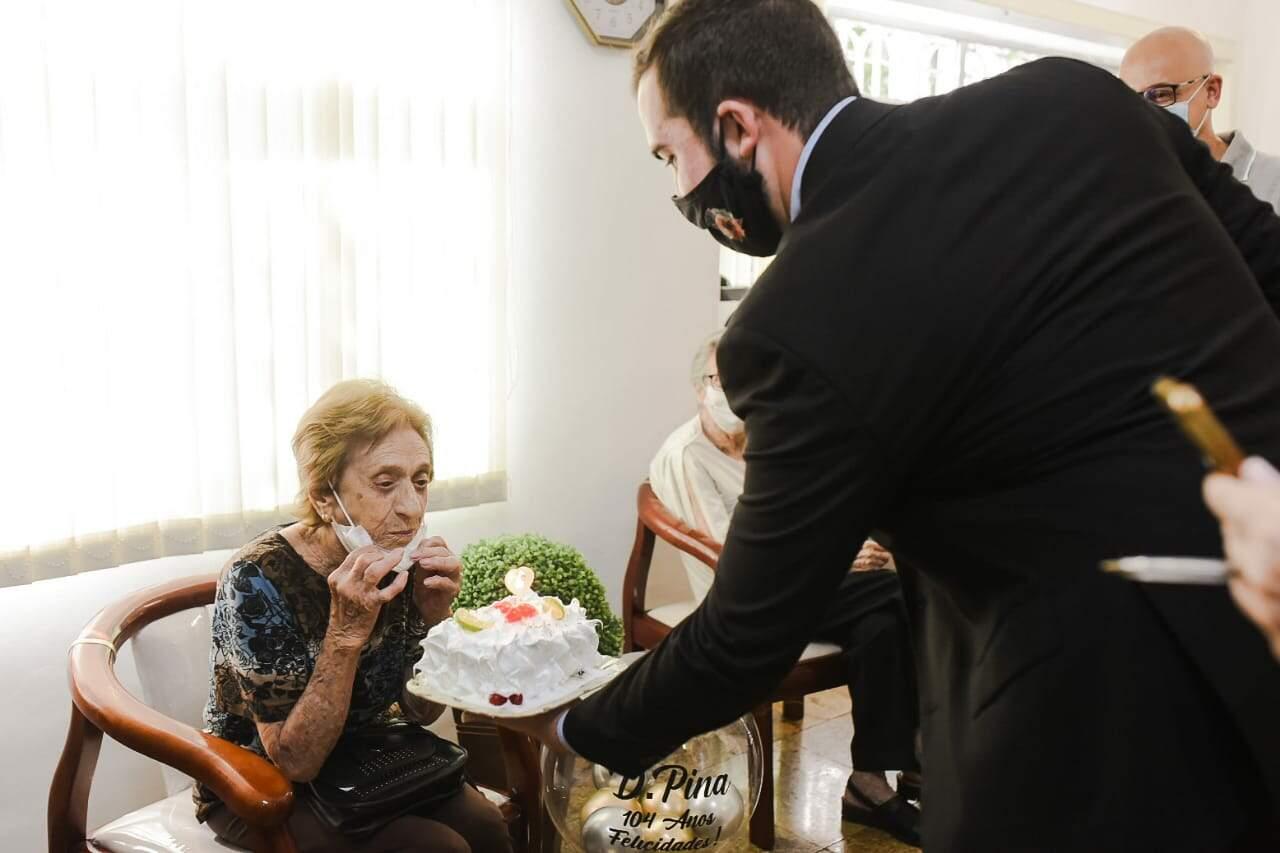 Prefeito Kayo Amado entrega bolo de aniversário para Dona Pina, de 104 anos