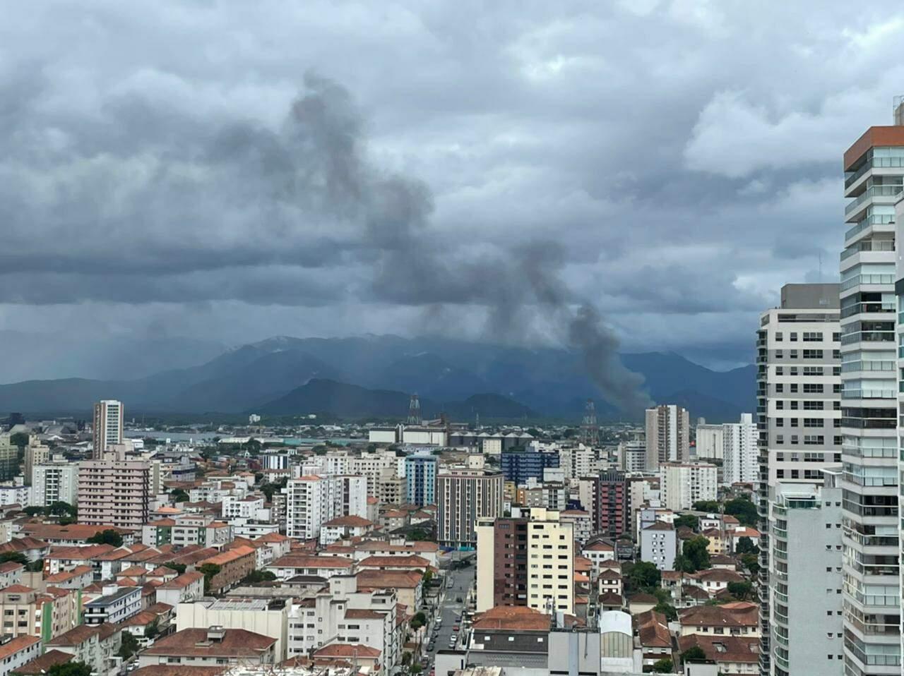 Incêndio pode ser visto de diversos pontos das cidades de Santos e Guarujá