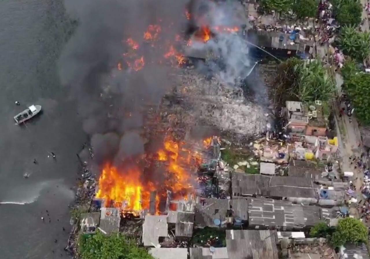 Foto aérea mostra focos do incêndio que atingiu comunidade em Guarujá