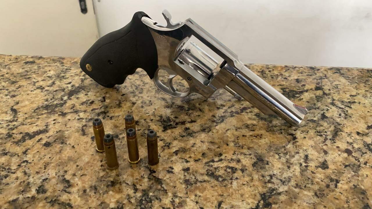 Acusado estava com uma arma revólver calibre .38, que foi apreendida pela polícia