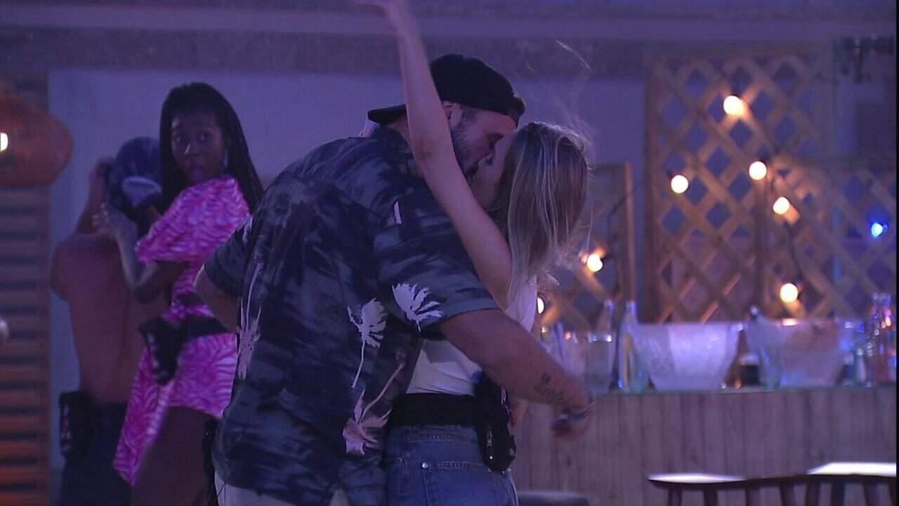 Arthur e Carla Diaz finalmente oficializam romance com beijo durante a Festa do Líder