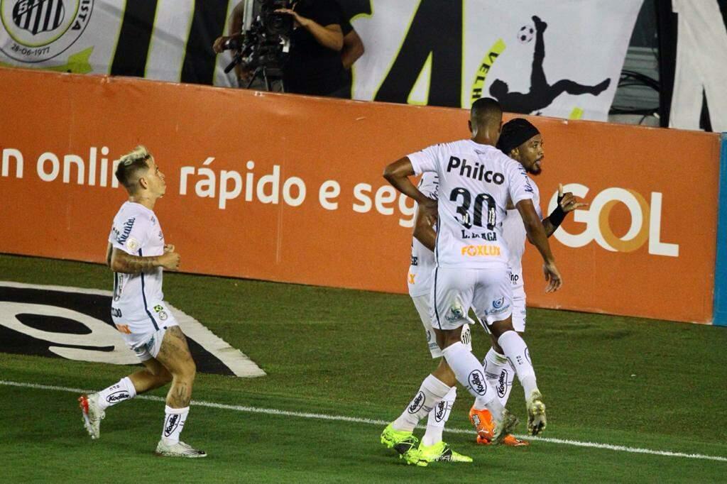 No primeiro tempo, em grande jogada, Marinho abriu o caminho da vitória para o Santos