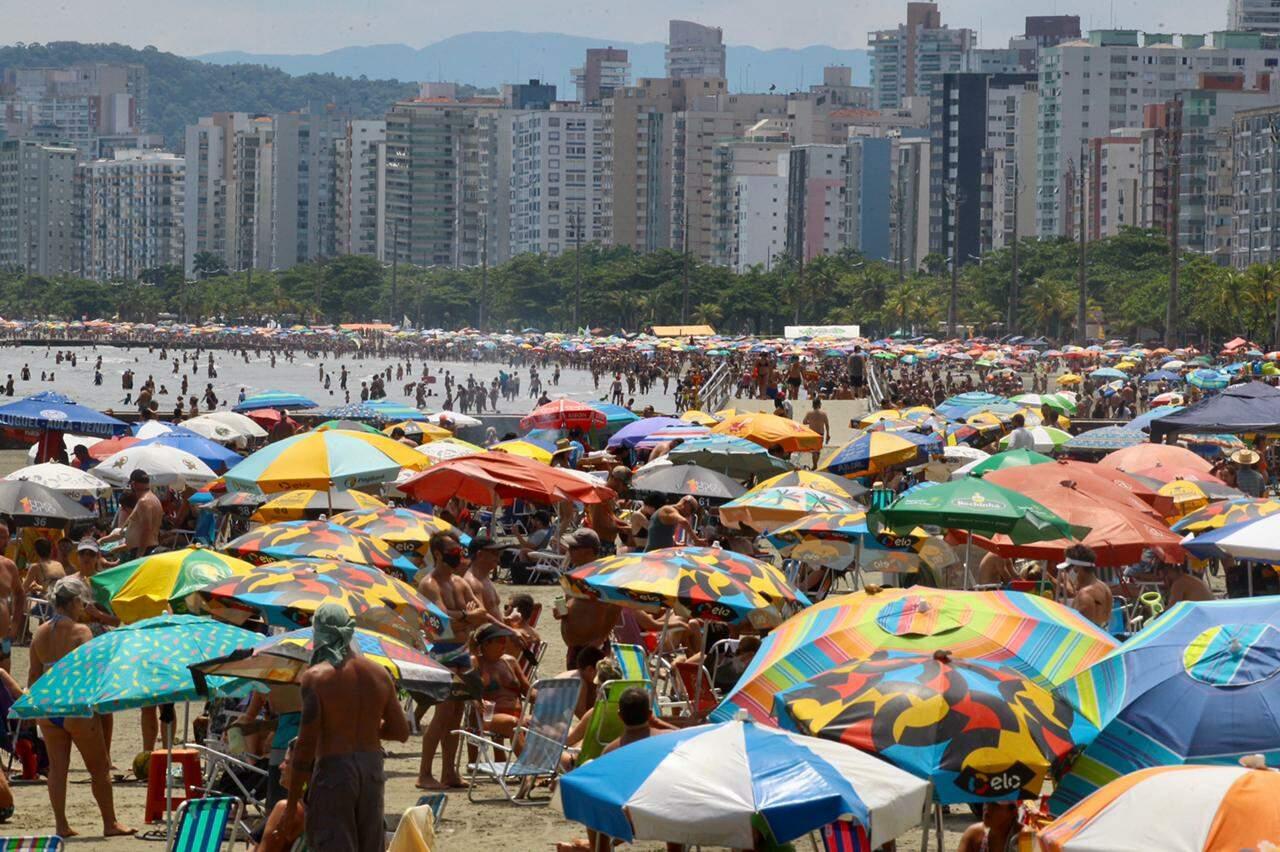Banhistas aproveitam 'feriado de Carnaval' e lotam praias de Santos em domingo ensolarado