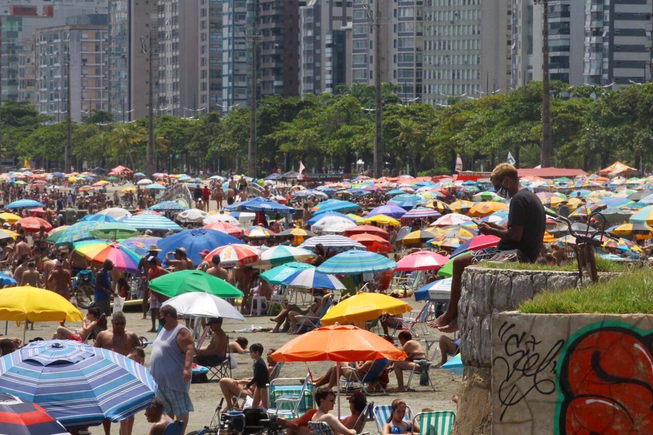 Pessoas se divertem em final de semana ensolarado nas praias de Santos