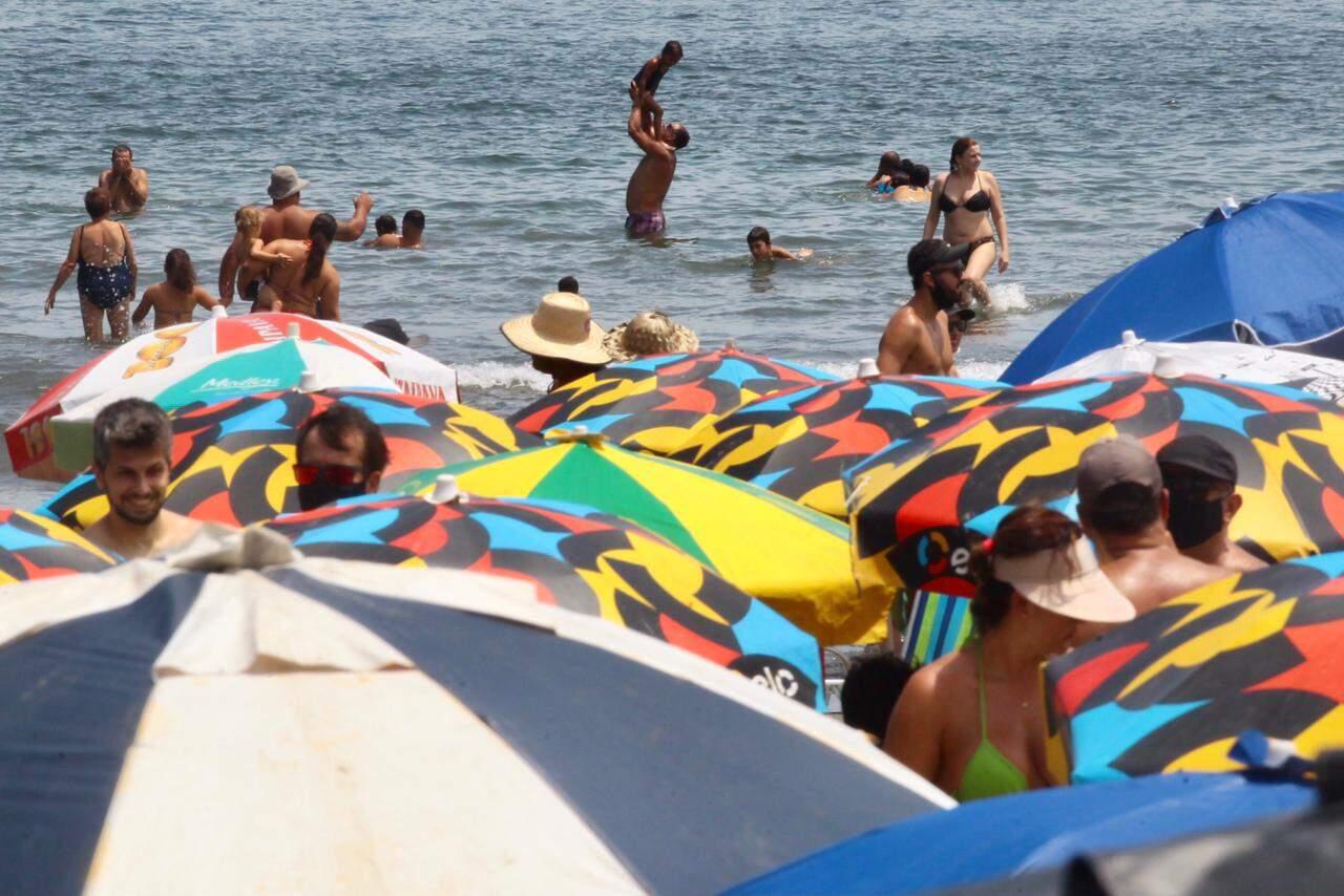 Muitos estavam na praia sem o uso de máscaras, o que é proibido