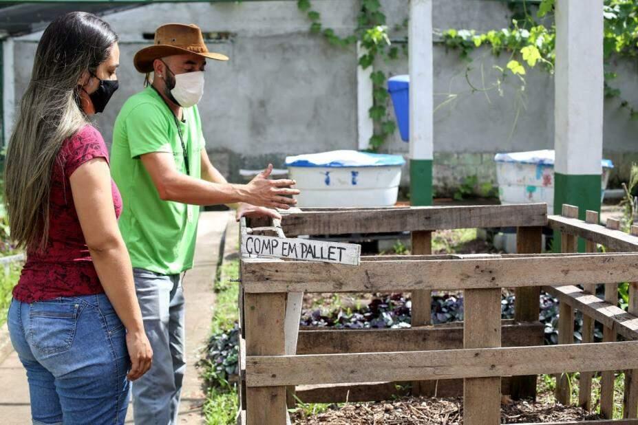 Visitantes aprendem a fazer o plantio de hortaliças e plantas ornamentais