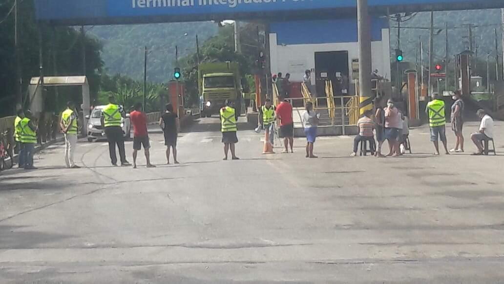 Moradores da Comunidade Mantiqueira protestaram na porta da empresa VLI