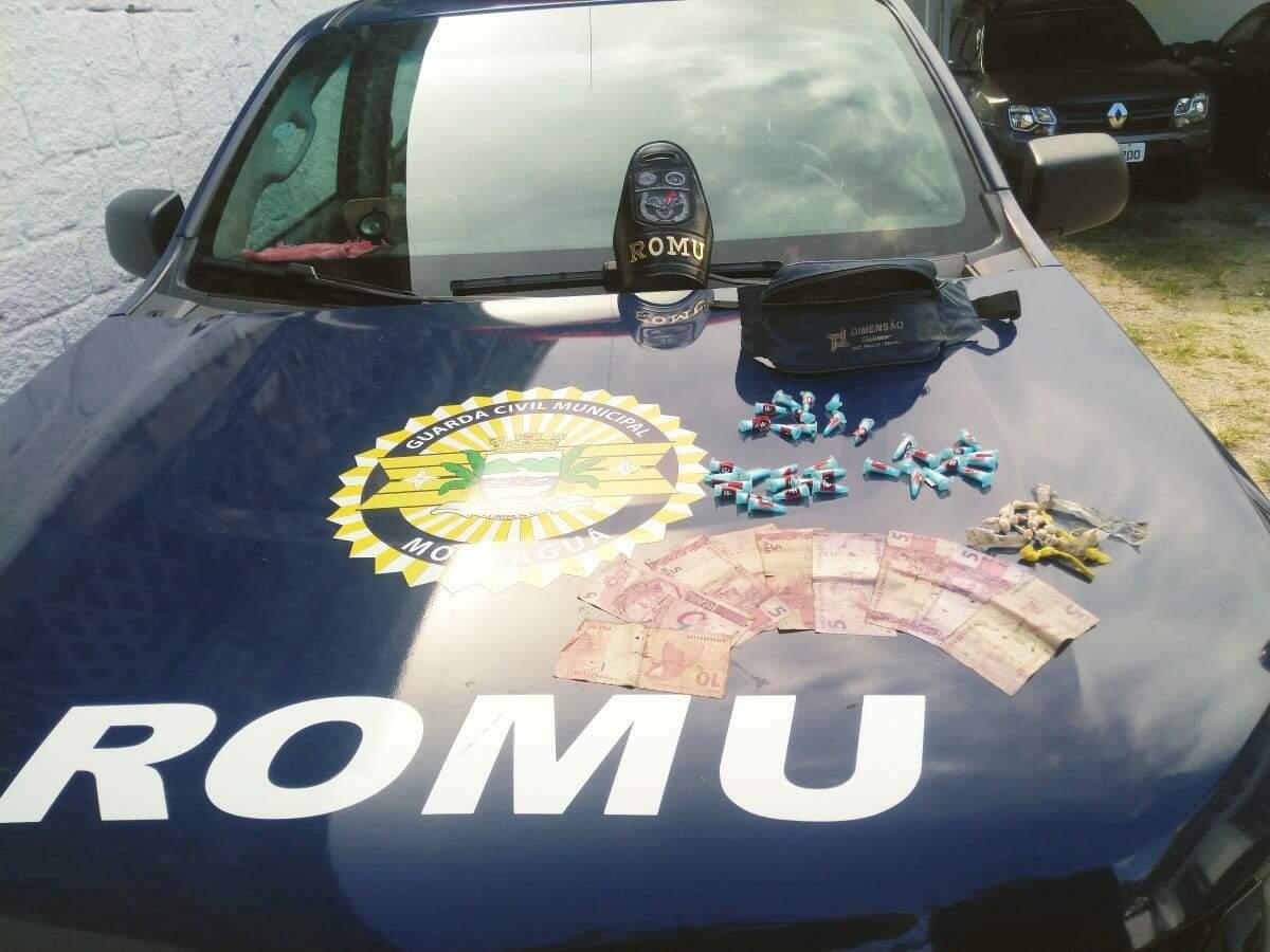 Guardas apreenderam porções de drogas e dinheiro com o suspeito