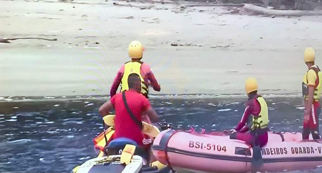 Bombeiros fazem buscas na região para tentar encontrar o rapaz