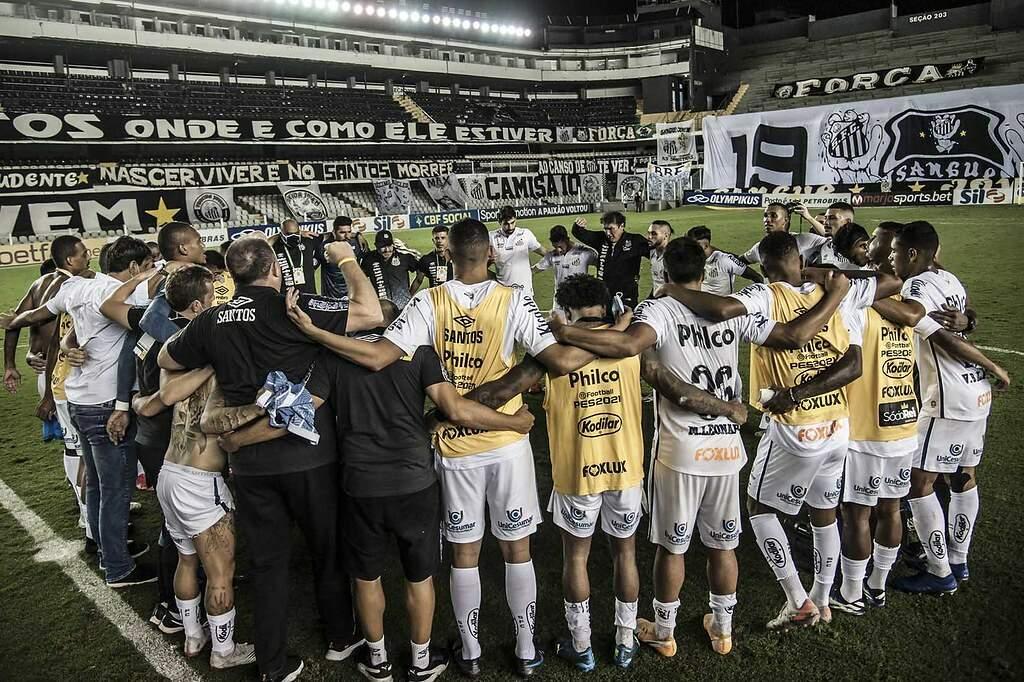 Cuca se reúne com elenco após vitória diante do Corinthians