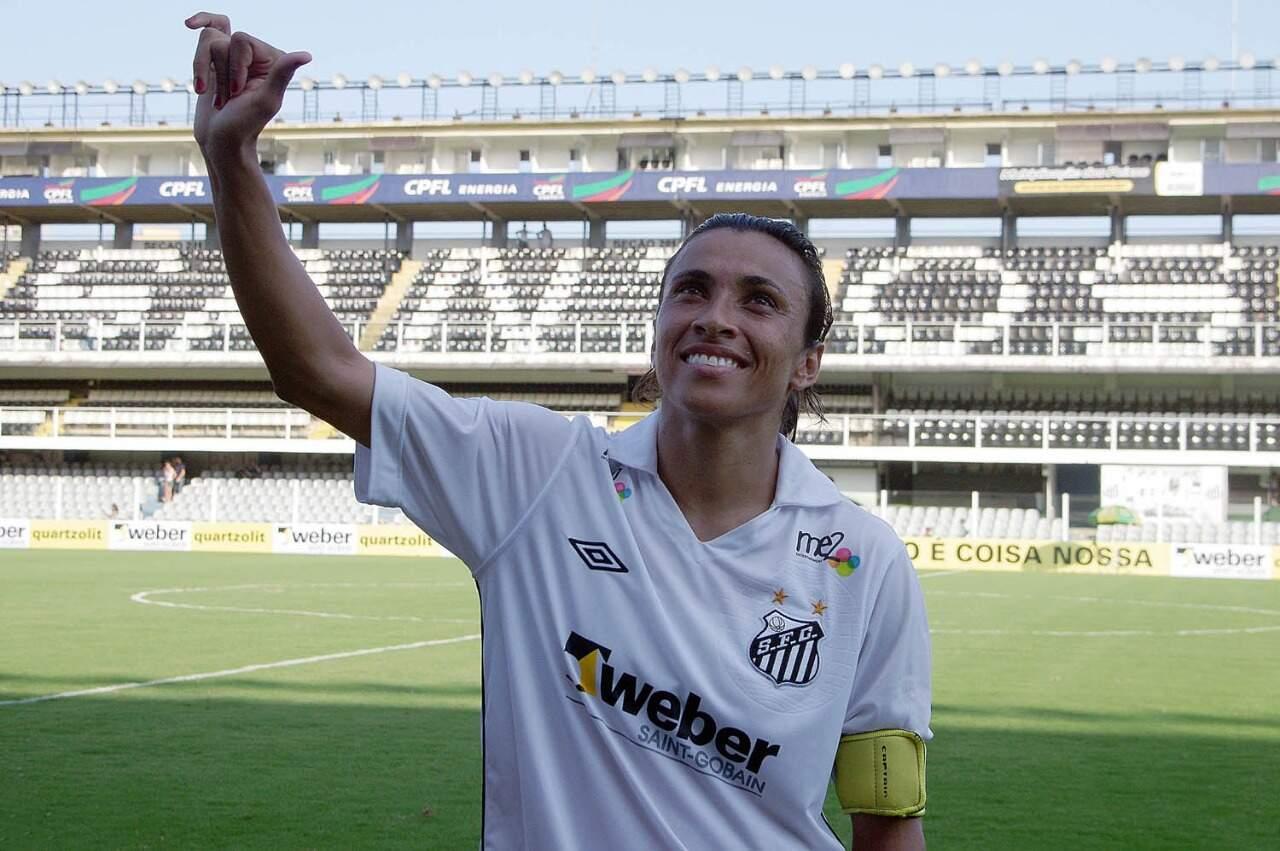 Marta comemora 35 anos e é homenageada pelo Santos