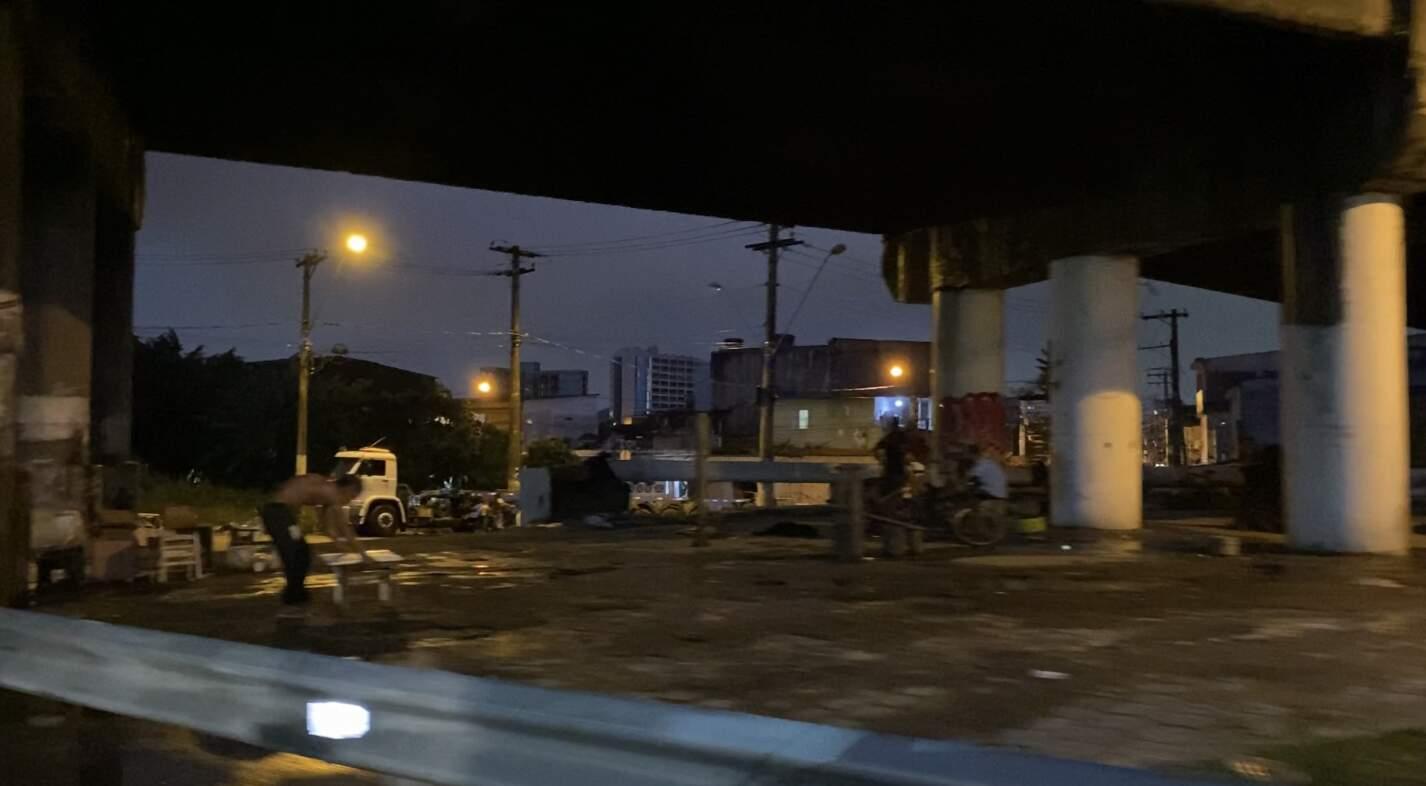 Pessoas em situação de rua na parte inferior do viaduto Mário Covas
