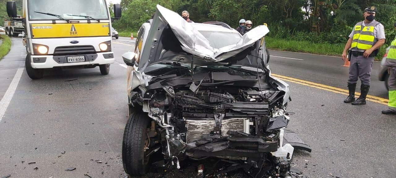 Um dos carros envolvidos na colisão ficou totalmente destruído