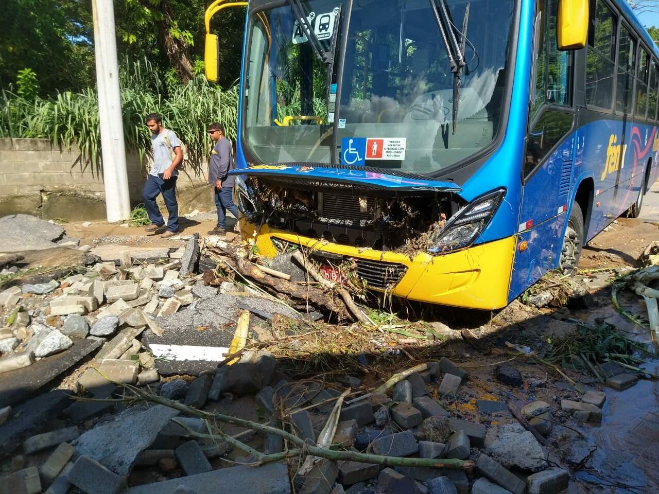 A força da enxurrada arrastou veículos, inclusive um ônibus