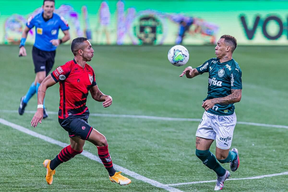 Nicolas, do Atlético Goianiense, em lance contra Breno Lopes, do Palmeiras