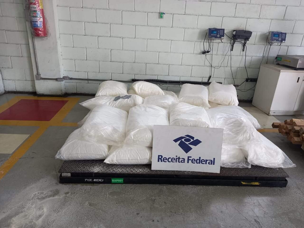 Cocaína foi encontrada em uma carga de açúcar, no Porto de Santos, nesta terça-feira (23)