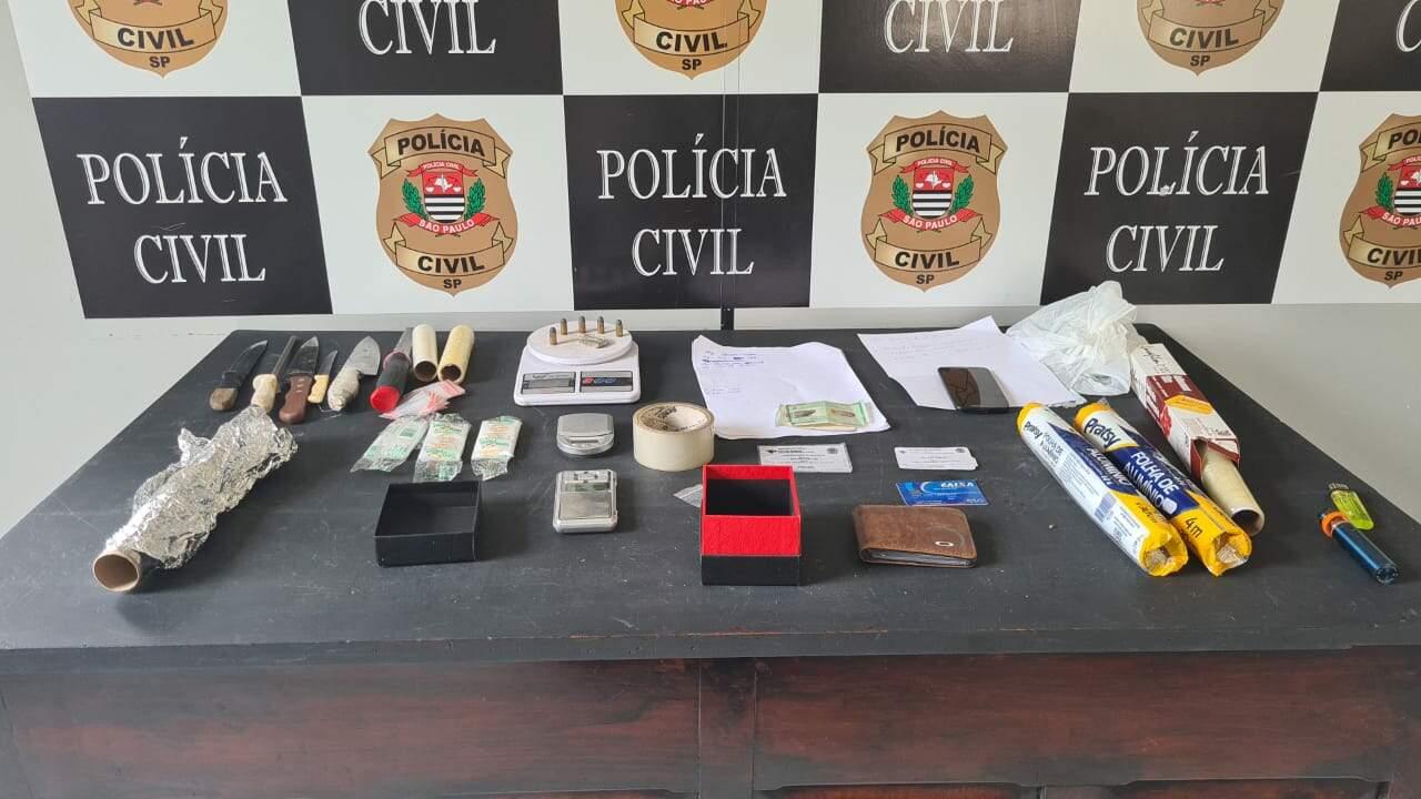 Polícia encontrou munições, balanças de precisão e porção de maconha no imóvel