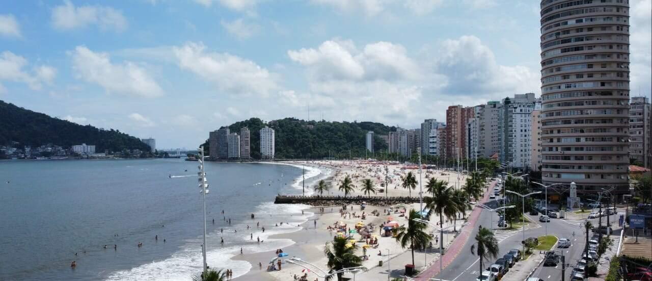 Movimento na praia de São Vicente foi menor, mas, ainda assim, presença de grupos sob guarda-sóis foi registrada