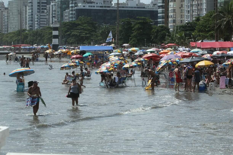 Banhistas não se intimidaram com instabilidade do tempo e lotaram Ponta da Praia, em Santos