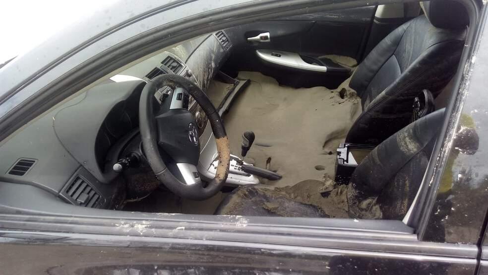 Carro só foi retirado no dia seguinte