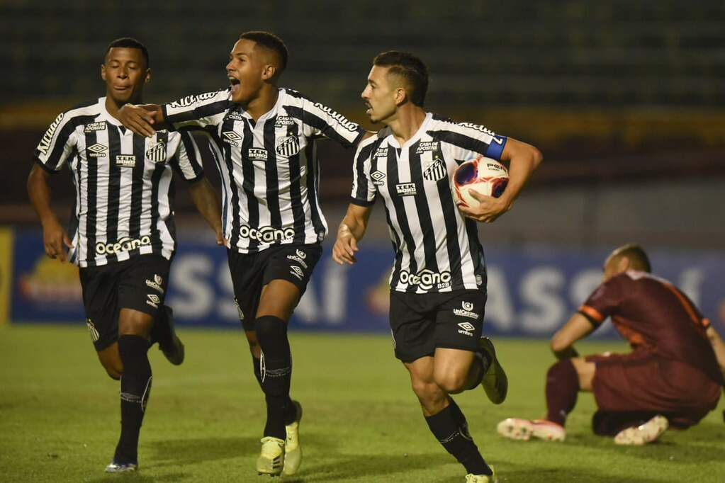 Jean Mota comemora seu gol diante do Santo André