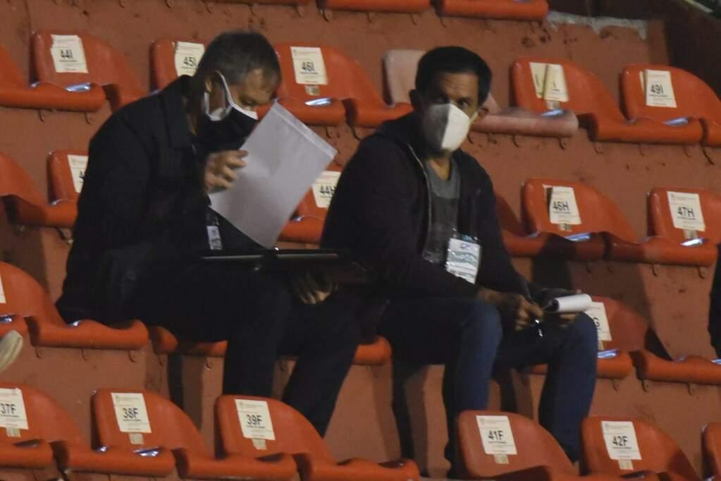 Ariel Holan (esquerda) observando e fazendo anotações durante a partida