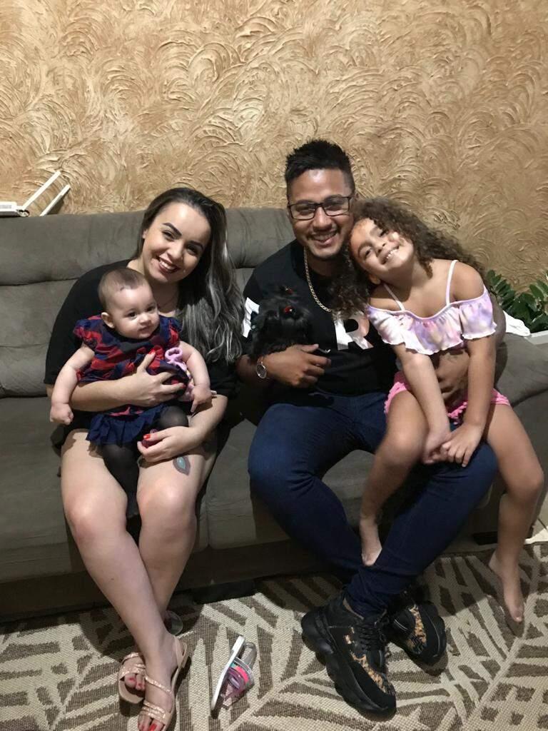 Ícaro tem duas filhas, uma de 5 anos e outra de 7 meses.