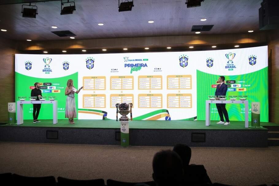 Na primeira fase, os times visitantes jogam pelo empate para garantir classificação