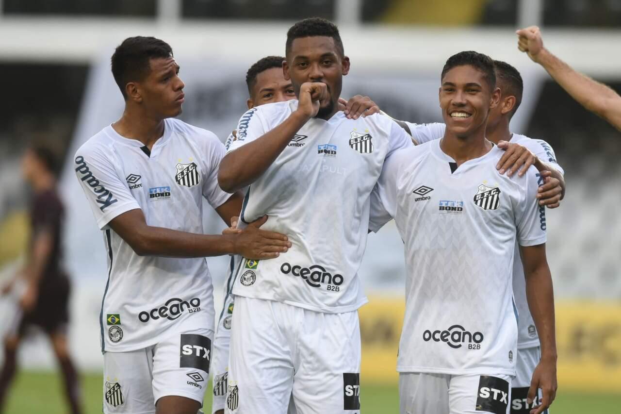 Sabino comemora gol em sua estreia no time principal