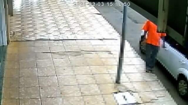 Imagens de câmeras de segurança captaram o homem cuspindo na mão e depois encostando nas maçanetas
