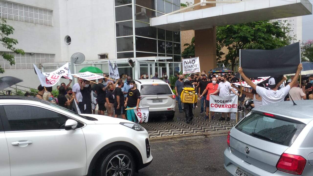 Comerciantes iniciaram o protesto na Avenida Rei Alberto I.