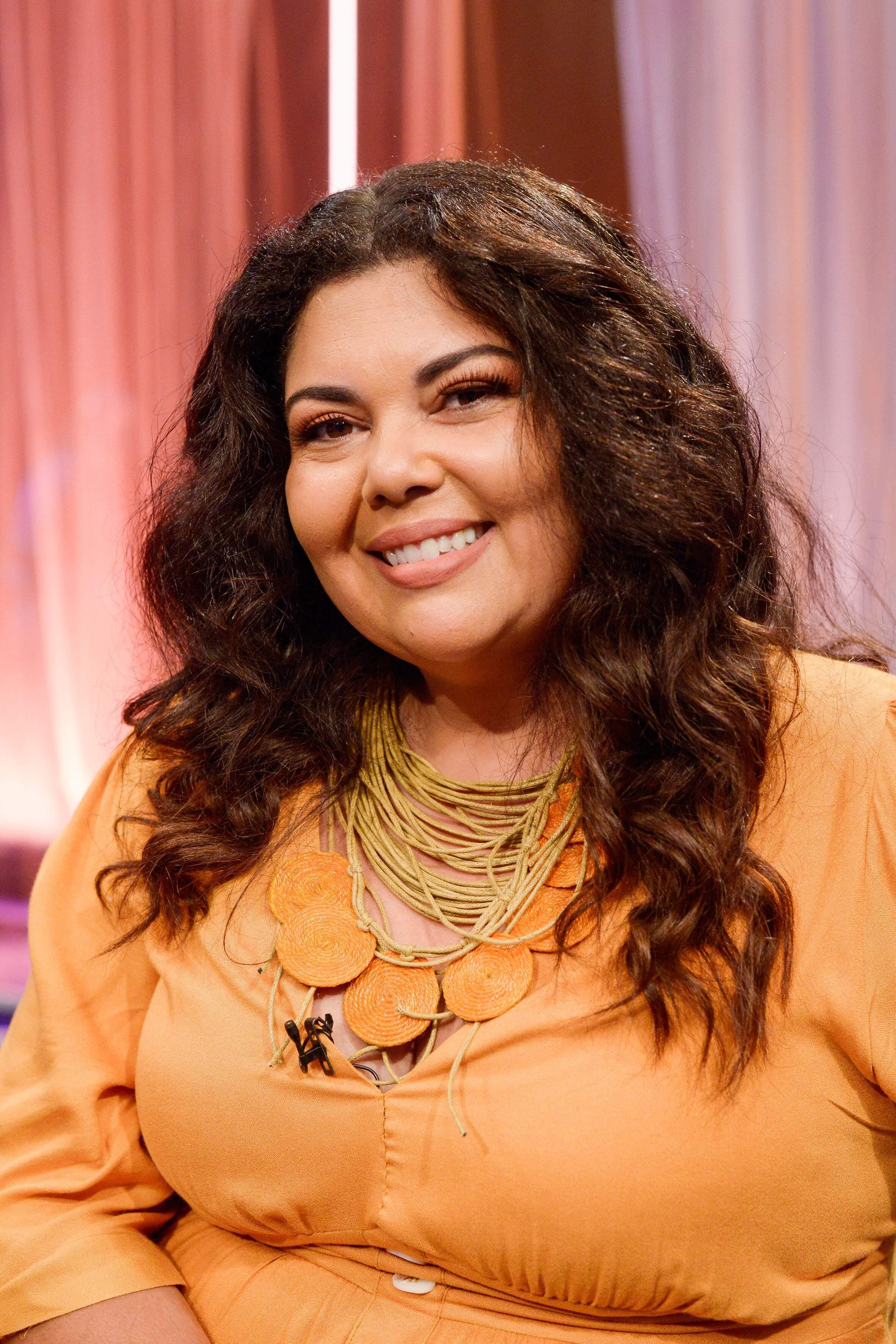 Fabiana Karla é a mediadora do bate-papo com as cinco mulheres