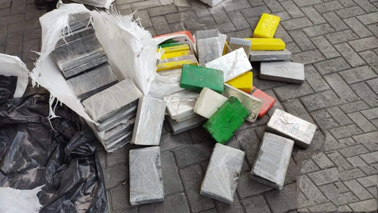 Tabletes da droga estavam escondidos em carga de óxido de alumínio