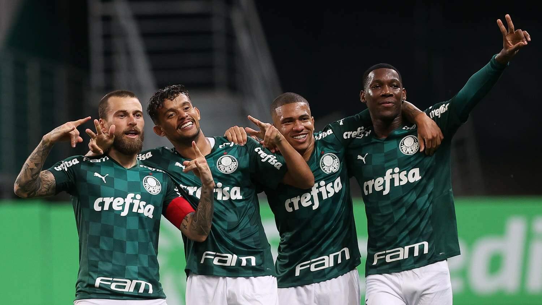 Lucas Lima comemora gol contra o São Caetano