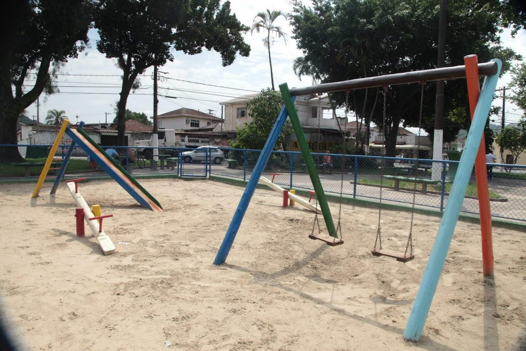 Praça Décio Brandão de Camargo tem brinquedos para crianças