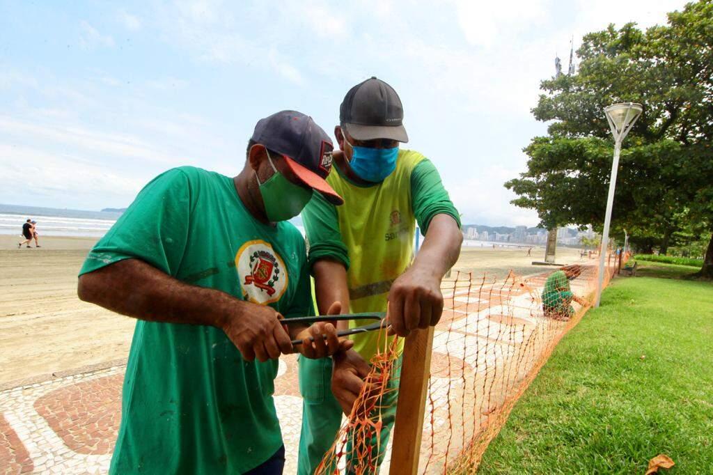 Funcionários da Prefeitura instalaram as telas de bloqueio nesta sexta-feira (12).