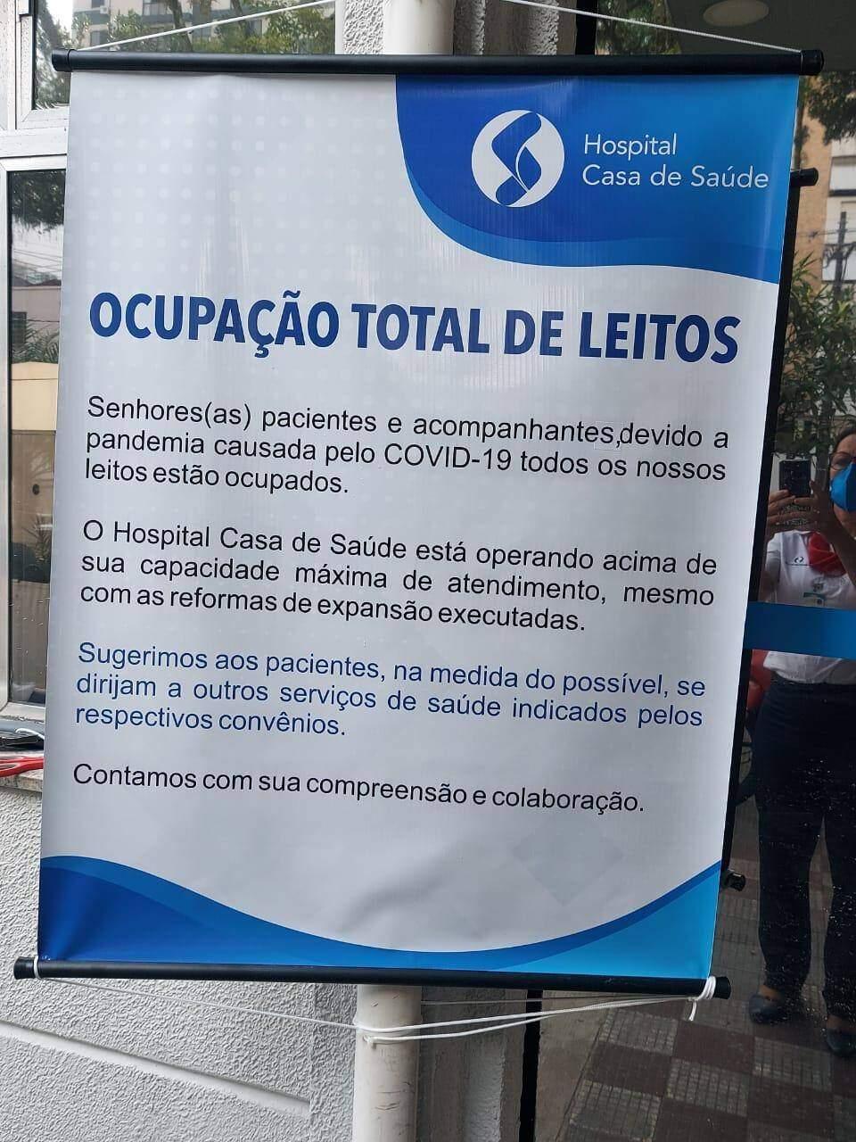 Hospital Casa de Saúde de Santos coloca cartaz em sua fachada e informa que leitos estão ocupados